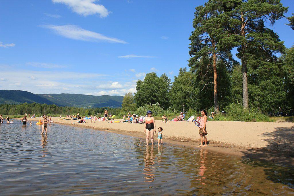 Lake Hurdalssjøen has several sandy beaches